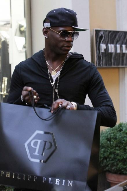 #MarioBalotelli shopping #PhilippPlein in Milan. #celebs