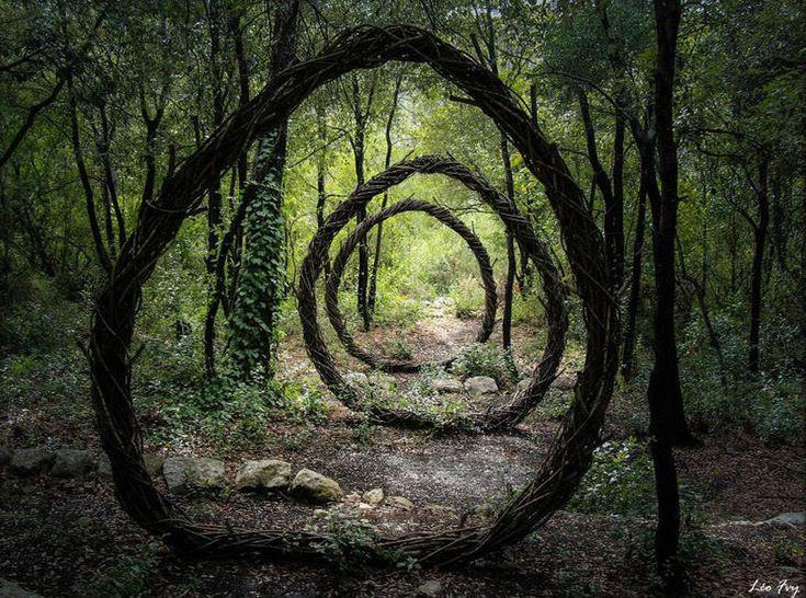 Accueil  Art  Un artiste a passé un an dans les bois à créer des... Un artiste a passé un an dans les bois à créer des sculptures improbables à partir de matériaux organiques. Le résultat est bluffant