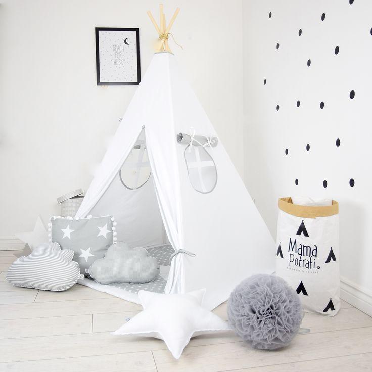 Bajeczny namiot tipi w białym kolorze z szarymi dodatkami to idealna dekoracja do każdego dziecięcego pokoju.