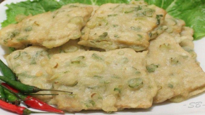 Mendoan adalah salah satu makanan khas Indonesia yang sangat populer di kalangan masyarakat. Makanan ini banyak dijual bebas oleh masyarakat.