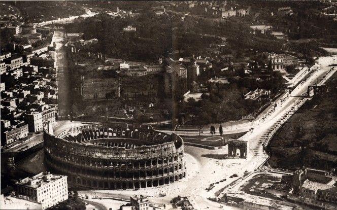 IL colosseo, l'arco di costantino e il colle celio in una foto dal dirigibile del 1935.