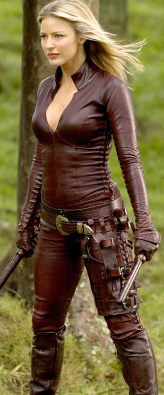 """Legend of the Seeker"" - Cara's ""good"" Mord'Sith costume - note lacing and substantial thigh holster"