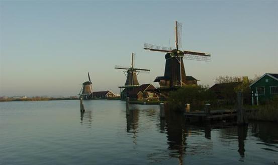 Bezoek de diverse activiteiten buiten op de Zaanse Schans en binnen in de musea of maak een wandeling door de Kalverpolder! Meer informatie: http://www.zaanseschans.nl/