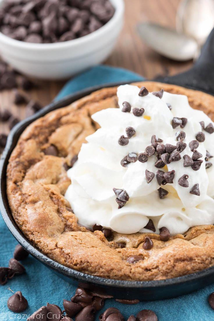Chocolate frigideira Chip Cookie - esse cookie de pequenos lotes é feita para 2!  É uma receita fácil, uma bacia, sem mixer - apenas uma receita do bolinho quente pegajosos!