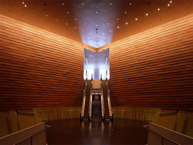 夜遅くまで鑑賞できる美術館。現代アートを中心にファッション、建築、デザイン、写真、映像など様々なジャンルの斬新な展覧会を開催。