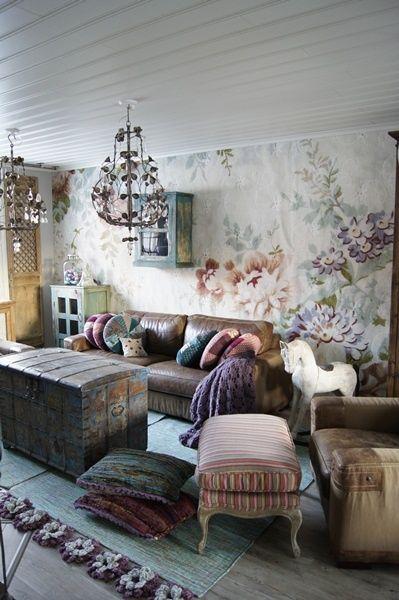säilytysarkku,antiikki,kukkatapetti,kattolamppu,olohuone,pastellisävyt,maalaisromanttinen,tapetti