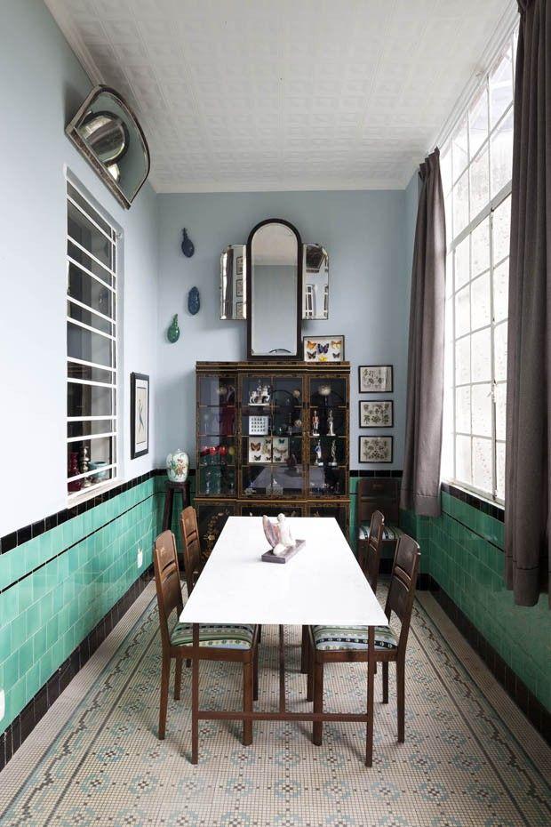 Editorial Jean Michel Ruis (Foto: Filippo Bamberghi) O canto de refeições na varanda tem cadeiras de Madeleine Castaing, cabinet de curiosités chinês dos anos 1920, espelhos e quadros comprados na Praça XV e quadros de borboleta da Deyrolle, de Paris. ---------- Art deco interior - gorgeous floor tiles - green and black wall tiles (hva)