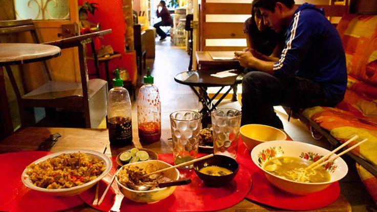 Café King en Santa María La Ribera es un lugar muy interesante con comida orienta.  En esta página hay algunos restaurantes célebres o de buena comida de la colonia. Yo añadiría además de ellos: Tlacoyotitlan, El restaurante Oaxaqueño, El café Sol, El restaurante (y tortería) las Torres, y el Bello café.