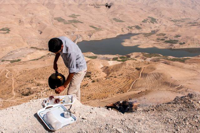 Il tè ai margini della strada che offre la vista del canyon Wadi Mujib