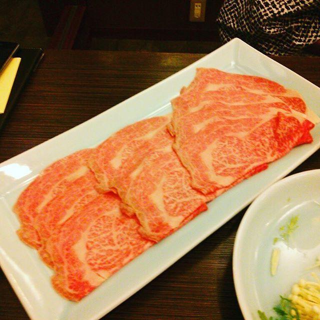 #肉  #和牛  #甲州牛  #しゃぶしゃぶ  #霜降り  #肉料理  この前、山梨県に旅行に行った時に出た宿のしゃぶしゃぶ! 一枚、手のひらより大きめの特大和牛! 絶品ヽ(*´∀`)