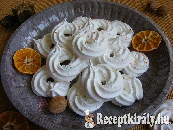 Karácsonyi habkarika Marcsi konyhájábólHozzávalók:2 tojás fehérje (kb. 80g) 25 dkg porcukor 1/4 citrom leve 5 g étkezési keményítő ételfesték (opcionális)A tetejére:cukorgyöngyökElkészítési idő: 20 perc