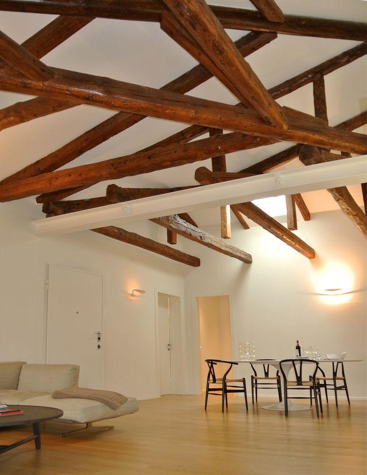 Dettaglio del soffitto con travi originali #architettura #interni