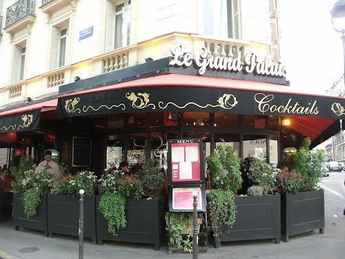 Decent little spot for an afternoon snack - delicious samosas. Brasserie Le Grand Palais