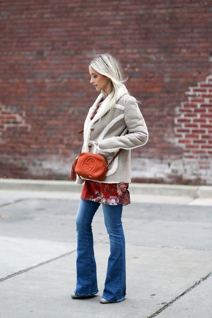 Дубленка, топ с принтом, джинсы-клеш
