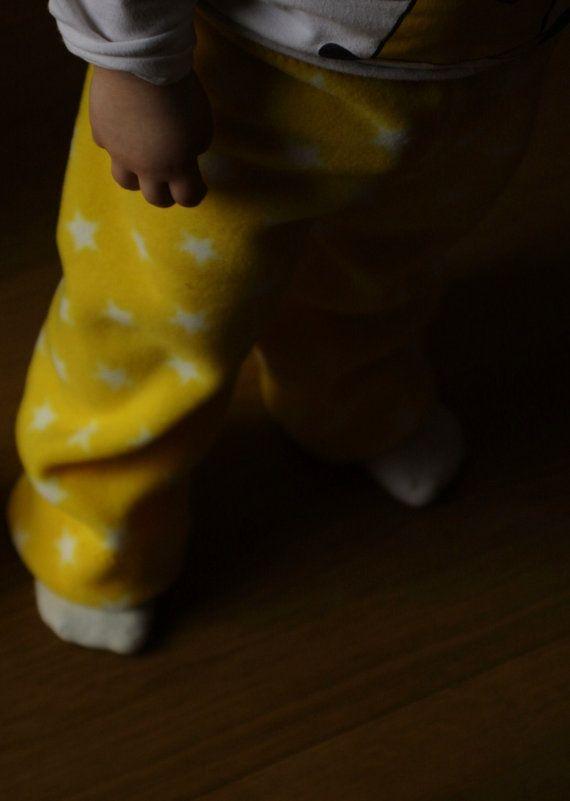 Handgemaakt fleece babybroekje van Miss A & Mister J, ook voor kindjes met katoenen luiers! BKBF*