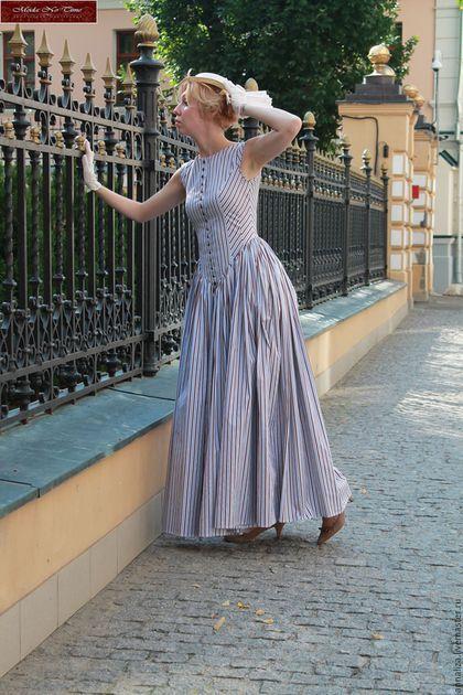 Купить или заказать Платье в пол в Викторианском стиле 'Ветер перемен' в интернет-магазине на Ярмарке Мастеров. Мой вариант платья для прогулок, легкая стилизация исторического наряда.Однако, платье прекрасно вписывается в современный городской пейзаж, подойдет и современным модницам, стремящимся к самовыражению, с желанием выделиться в толпе. Рекомендую для походов в театры, галереи и музеи. Платье выполнено из Итальянского 100% хлопка в полоску, классический рисунок 19 Века для прог...