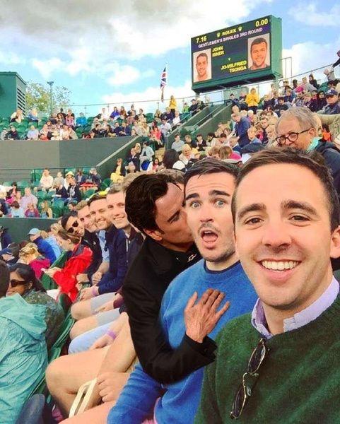 Un grupo de amigos se unieron hace algunos días para disfrutar del torneo de Wimbledon, Inglaterra, uno de los torneos más importantes de tenis, sin saber que se convertirían en blanco […] | Crhoy.com