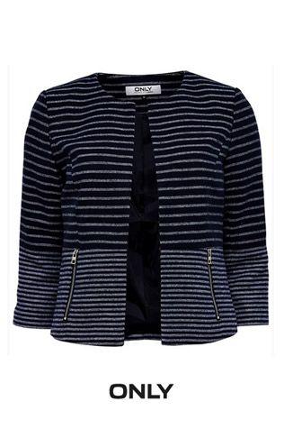 Vêtement coup de cœur de l'équipe! Ce magnifique veston marine rayé est très mode! Manches 3/4 et sans rabats, il se démarque de nos vestons classiques! #only #navy #trendy #spring