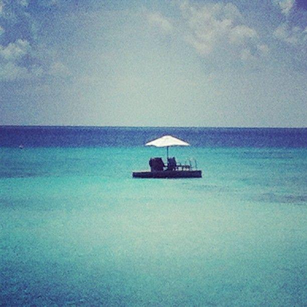 Jag tror jag tar och simmar ut dit och lägger mig en stund såhär sista dagen på #maldiverna #jordenruntmedving #vingresor #ving Läs mer om Maldiverna på http://www.ving.se/maldiverna/maldiverna