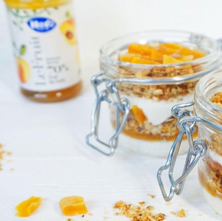 Verwarm de ovenop 180C. Week de abrikozen in een kommetje warm water. Meng in een kom het amandelmeel samen met de havermout, geraspte kokos, kokosolie en de ahornsiroop goed door elkaar. Dit wordt de crumble. Bekleed een bakplaat met bakpapier en spreid het mengsel voor de crumble hierover uit. Bak de crumble in ongeveer 10-12 minuten goudbruin. Ondertussen zijn de abrikozen zacht geworden, giet ze af en snijd deze in kleine blokjes. Als de crumble klaar is, laat deze buiten de oven even…