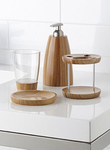 Collection canadienne Umbra chez Simons Maison.  Recréez l'ambiance spa à la maison avec des accessoires en bambou naturel aux formes arrondies ultra épurées.