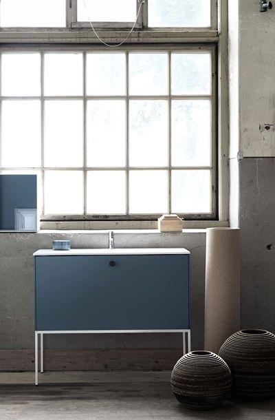 | Badrumsinspiration | Badrumsmöbler i serien Lessmore från Ballingslöv. Här i färgen djupblå.