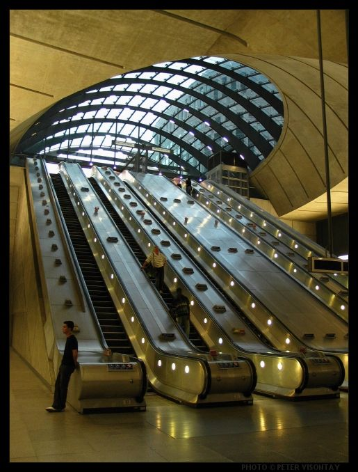 Norman Foster's unique Canary Wharf tube station(Canary Wharf Underground Station, London, England)