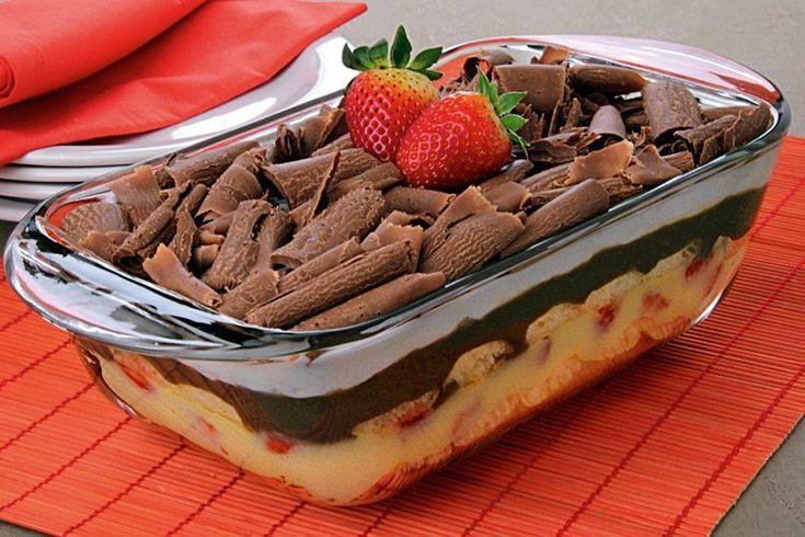Clique e confira esta receitas especial de Pavê de morango e chocolate! É perfeito tanto para a sobremesa da ceia de Natal quanto para o cotidiano!