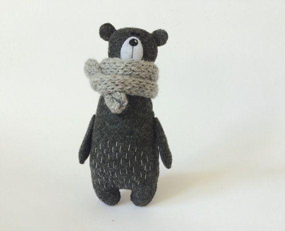 Filz Bär grau In einem gestrickten Schal, gefüllte, gefilzte Miniatur-Tiere, Filz Tiere, Teddybär Spielzeug, Miniatur Bären Wald Plushie