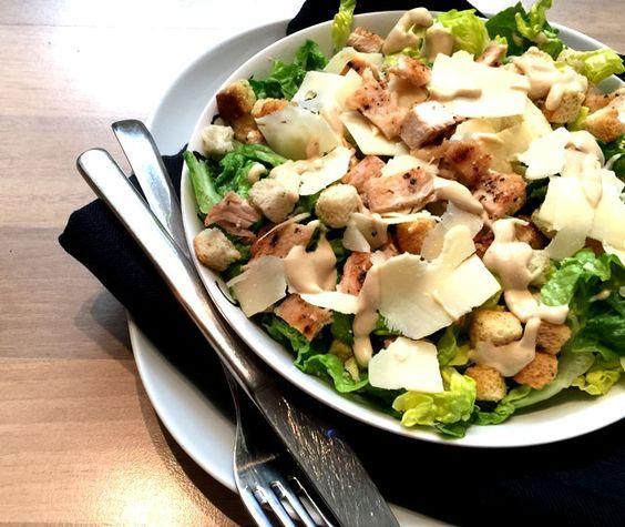 Caesar Salade met gegrilde kip. Een lekkere, frisse salade waarbij ik voor de dressing de rauwe eidooiers achterwege heb gelaten. Lekker, snel en makkelijk.