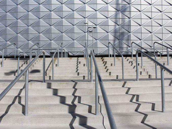 Expanderande fogbetong Snygga och stabila betongtrappor leder upp till Friends Arena. De är fogade med EXM 731 och EXM 741.