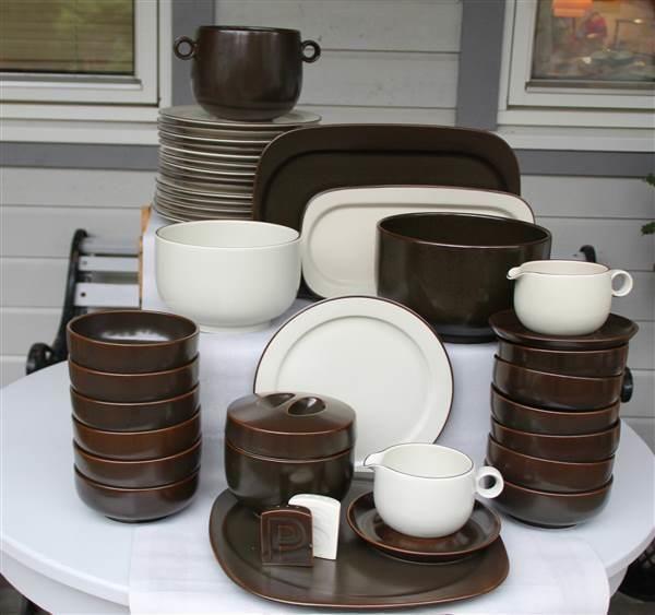 ¤¤ Rosenthal StudioLine middagsservise til 15pers. Serviset består av 15 flate tallerker med lys glasur og brun rand på kanter, diam 25,5cm, 15 suppe-skåler/ dessertskåler/pastaskåler, brune, 15,5x6 cm (Alle bollene er ikke med på bildene),