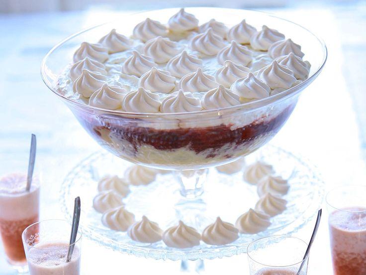 Rabarber-Kaneeltrifle met rabarberspoom Wat heb je nodig: Voor het ijs: Rabarber, gemberwortel, suiker, citroen, eiwit,  Voor de trifle: Rabarber, aardbeien, rietsuiker, vanillestokje, kaneelstokje Voor de custard: vanillestokje, melk, slagroom, eierdooiers, basterdsuiker, bloem Voor de spoom: prosecco