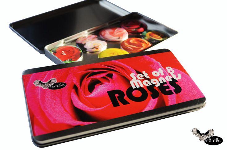 Zestaw 8 magnesów 5,6cm w metalowym opakowaniu ze zdjeciami róż