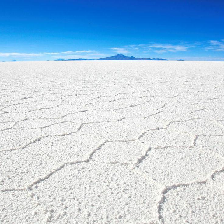 En Bolivie, le Salar de Uyuni : Vaste désert de sel situé sur les hauts plateaux du sud-ouest de la Bolivie, le Salar de Uyuni est le vestige d'un lac d'eau de mer asséché. C'est le plus vaste désert de sel au monde, avec une étendue de près de 12 500 km². Il s'est formé il y a 40 000 ans, lorsque l'étendue d'eau salée était une partie du lago Minchin, un lac préhistorique géant. .