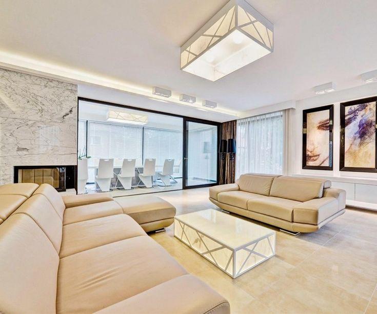 Wohnzimmer Mit Ledermöbeln In Sandfarbe Und Kamin Mit Marmorverkleidung