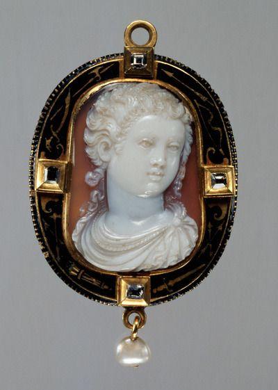 Bildnis eines Mädchens. Kameo. Italienisch, um 1550. Onyx; Fassung: Gold, Email, 4 Diamanten, Hängeperle. 4 cm × 2,9 cm. -Kunsthistorisches Museum Wien-