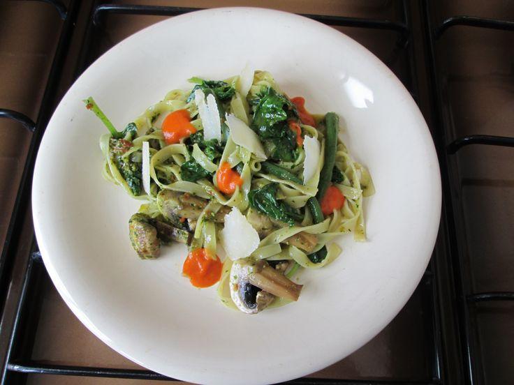 Tagliatelle  al pesto di basilico   spinaci  fagiolini  champignons e  peperoni    /    Gino D'Aquino