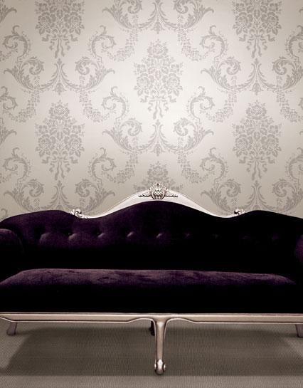 Klassiek behang van Dutch uit collectie Buckingham. Classic wallpaper Dutch - Buckingham and a purple sofa.