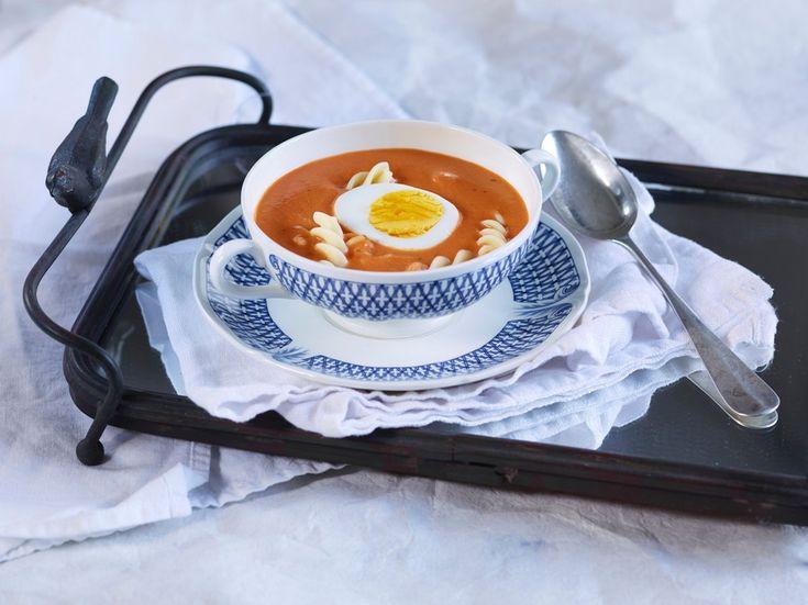 Å lage tomatsuppe fra grunnen er lett og smaker herlig. Litt løk, hakkede tomater og buljong, og suppen er klar til servering.