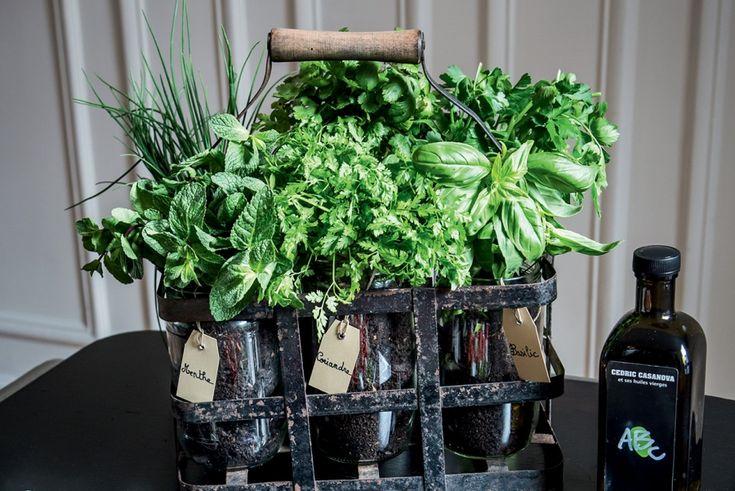 Rien ne se perd, rien ne se jette, tout se transforme...En en tour de main, d'un vieux casier à bouteilles en métal naîtun panier à herbes aromatiques.