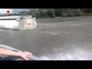 Un bateau croise un camion citerne.