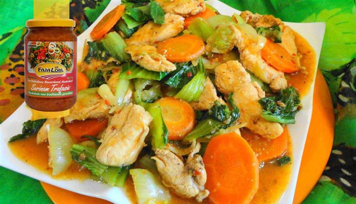 Surinaams eten – Chinese Kip Paksoi (exclusieve kip op saus met paksoi en wortel)