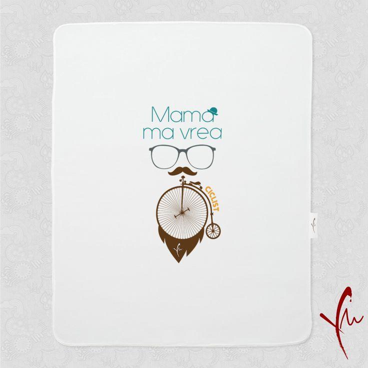Iubim miscarea! Paturica cu text imprimat: Mama ma vrea Ciclist O gasiti la http://ya-ma.ro/produs/mama-ma-vrea-ciclist-paturica/