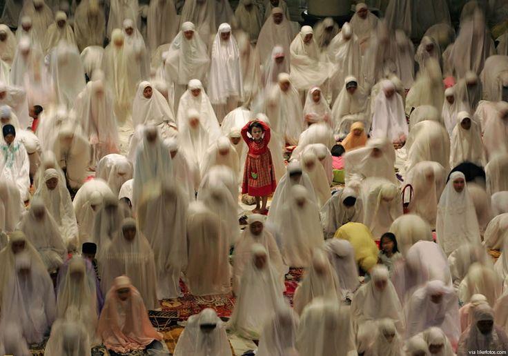 Fabuloso e raro enquadramento fotográfico onde se destaca a rapariga com vestido vermelho durante o Ramadão. O contexto e momento são únicos!