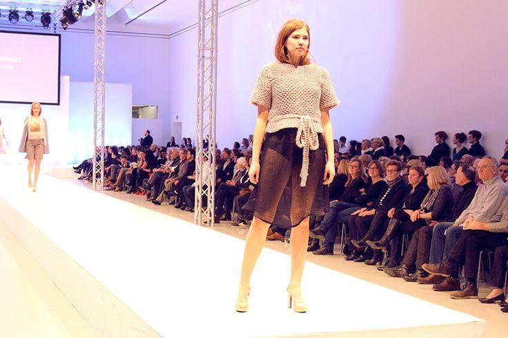 """Fahmoda Fashion-Shows mit der Kollektion """"Heimat Hafen"""" von Larissa Arndt. Larissas #Inspiration ist das Thema #Haut und die #Insel #Sylt. Umgesetzt ist die #Kollektion in lockeren Schnitten und die Arbeit ist durchweg von der Nähe zur #Natur geprägt. #HLM #Blog #Bloggerin #Fahmoda #Fashion #Design #Show #Finale #Kollektion #Style #ErnstAugustGalerie #Hannover #HannoverLifestyleMagazin #SprengelMuseum"""