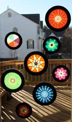 Seidenpapierkreise symmetrisch falten, Formen ausschneiden und dann mehrere Farben  übereinander legen. Fensterdeko.