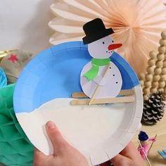 Dans cette activité, réalisez un bonhomme skieur sur une assiette en carton. Le bonhomme est fait de carte forte, de bâtonnets et de pique en bois...