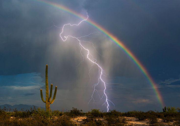 Arcobaleno e fulmine catturati in una foto su un milione
