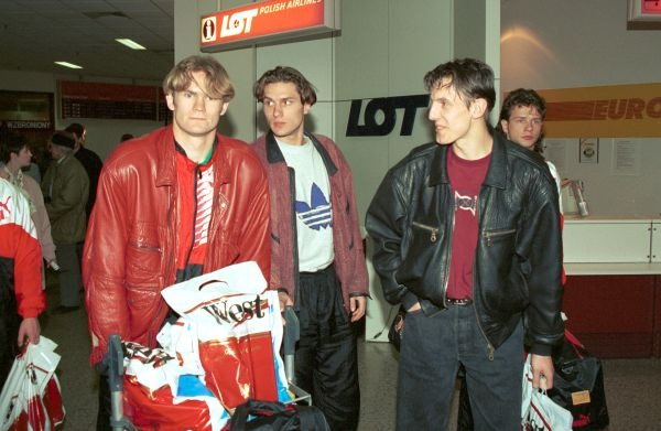 Rok 1995, reprezentacja wraca z Kolumbii. Od lewej Paweł Wojtala, Jacek Dembiński, Jacek Bąk i Radosław Majdan.